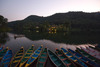Ruderboote am Phewa Lake vor der Fish Tail Lodge, ...